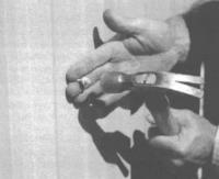 10.14. С помощью молотка и гвоздя подготавливается направляющее отверстие для шурупов
