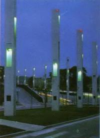 Бетонные светоформы на бульваре Сезанн в Гарданне, Франция. Светодизайнер Р. Нарбони, 1991