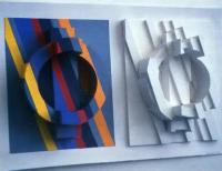 Цветные полосы визуально преобразуют первоначальную форму, сообщают ей сложную пластику
