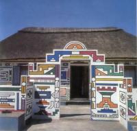 Декор стен монастыря и жилых домов использует геометрические мотивы. Город Вельдевреде. Лесото