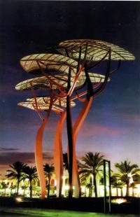 Декоративное освещение металлических линий на пляжной эспланаде в Ля Пинеда, Испания