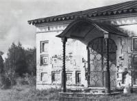 Фрагмент южного входа Спасо-Преображенской церкви. Дверь украшена кованым металлом