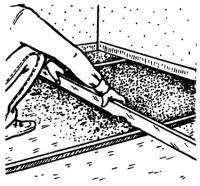 Керамзит ровняют планкой-правилом
