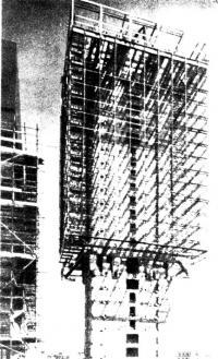 Монтаж нижней консольной конструкции после изготовления верхней части здания