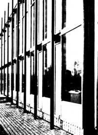 Наружная стена с глухим остеклением и поворотными створками позади выступающих трубчатых колонн