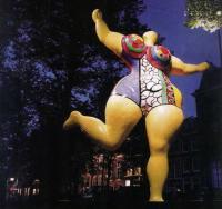 Освещение скульптуры Желтая На-на (скульптор Н. де Сен-Фаль)