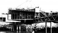 Павильон с переходным мостом к берегу