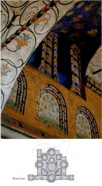 Подобные колонны обрамляли снаружи диагональные входы во внутреннюю крытую галерею