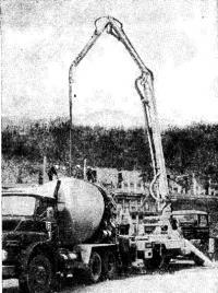 Рис. 10-11. Укладка бетонной смеси с помощью бетононасоса в подпорную стену