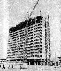 Рис. 10-3. Возведение 22-этажиого сборно-монолитного здания в Ленинграде