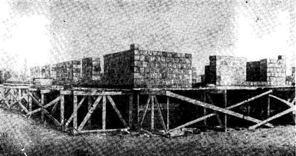 Рис. 14. Строительство жилого дома из грунтосиликатных блоков