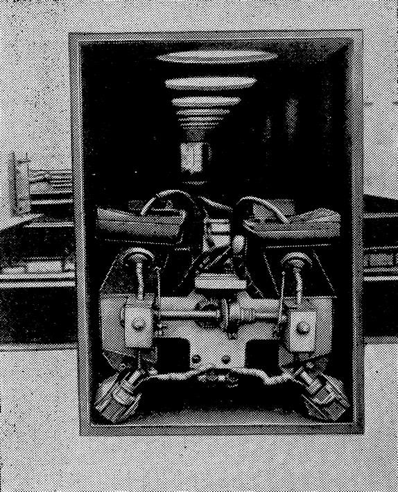 Рис. 164. Двухдуговой автомат для сварки коробчатых сечений