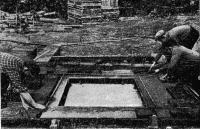 Рис. 17. Укладка в форму пенокералита и оштукатуривание панели стен