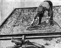 Рис. 22. Уплотнение слоя бетона поверхностным вибратором