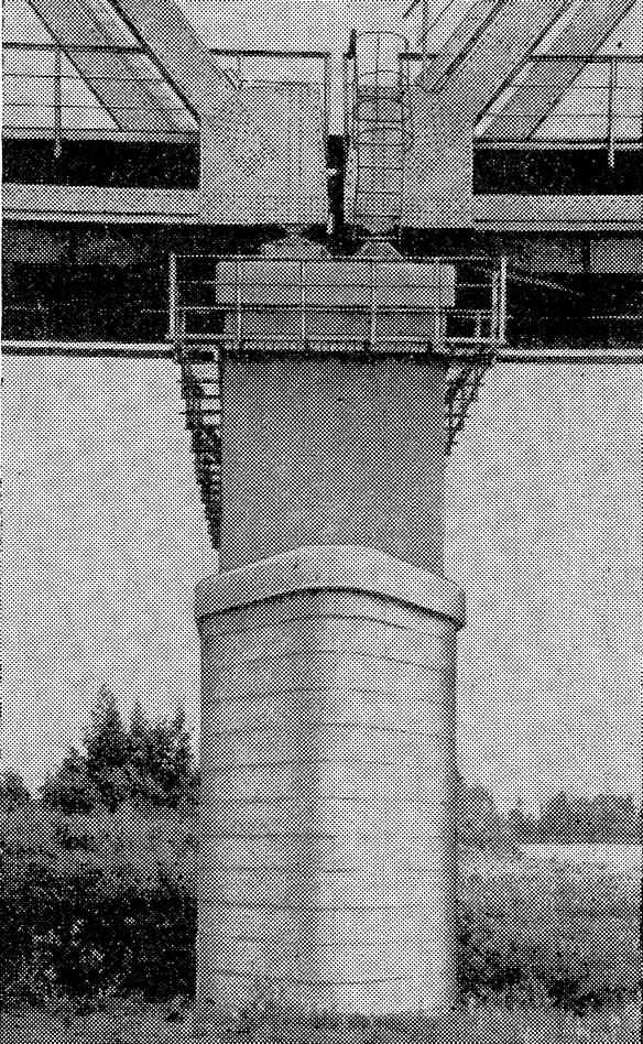 Рис. 233. Промежуточная опора обтекаемой формы в нижней части