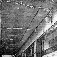 Рис. 3.1. Температурно-усадочные трещины в балконной плите