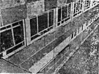 Рис. 3.8. Общий вид поврежденных подоконных сливов из бетонного камня