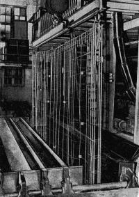 Рис. 39. Установка каркасов с фиксаторами в кассетно-формовочную машину