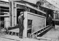 Рис. 42. Выемка готовых панелей перегородки