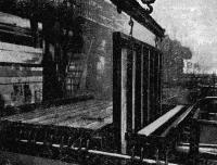 Рис. 43. Выемка готовых панелей перекрытий