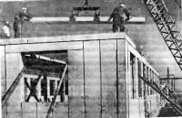 Рис. 52. Монтаж одноэтажного дома со стенами и покрытием из ячеистобетонных плит