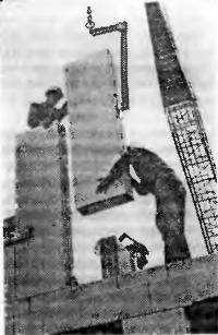 Рис. 53. Монтаж многоэтажного жилого дома со стенами из вертикальных блоков