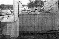Рис. 56. Трехслойные внутренние несущие стены в двухэтажных домах (Стокгольм)
