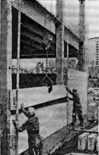 Рис. 63. Монтаж стеновых плит производственного здания