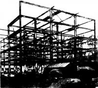 Стальной каркас здания в процессе монтажа