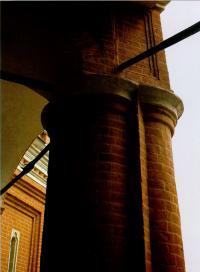 Столбы, поддерживающие открытые наружные площадки между малыми приделами