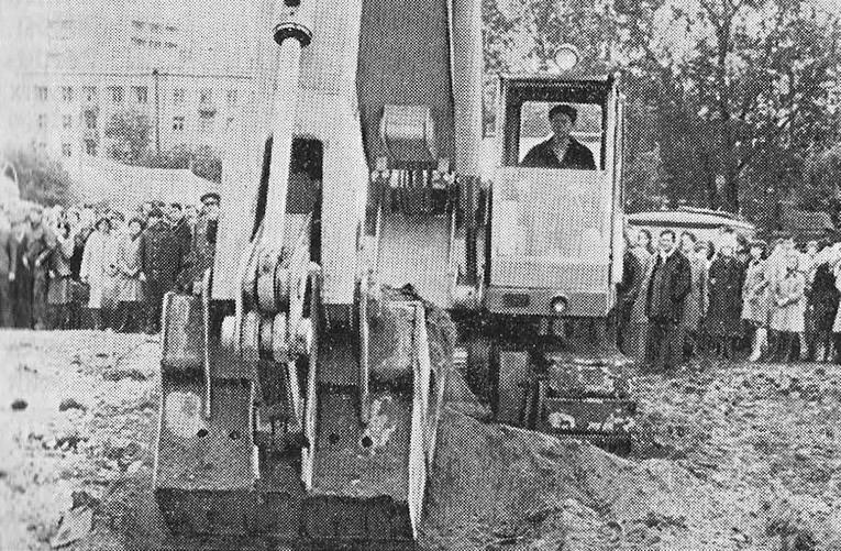 Свердловск. На месте будущей станции метро вынут первый ковш земли