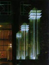 Светоформы перед входом в здание Лэндмарк-центра в г. Тампа, Флорида. Светодизайнер Р. Ренфро