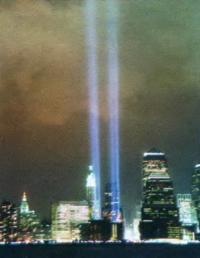 Световой мемориал Tribute in Light в Нью-Йорке на месте Международного торгового центра