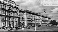Улица Ленина. Слева - универмаг, в центре - жилой дом