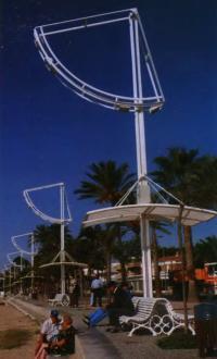 Уличные светильники на пляже в Камбрилсе, Испания. Фото автора, 2001