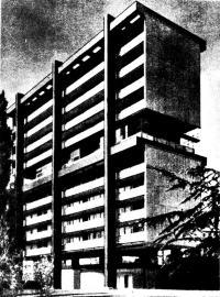 Вид здания с продольной стороны с общим балконом перед комнатами