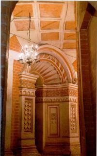 Внутренняя галерея между центральным храмом и западным приделом