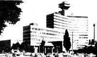 Высотное здание с прилегающим слева семиэтажным корпусом