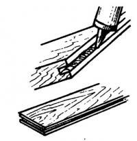 Заполнение клеем паза панели